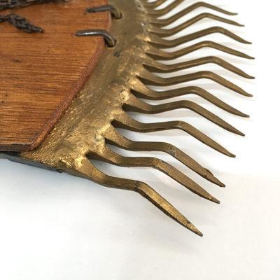 specchio in metallo a ferro di cavallo