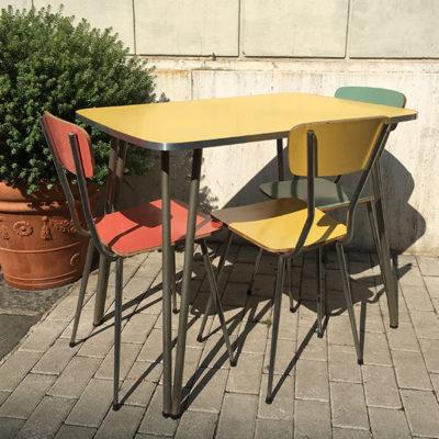tavolo in formica con sedie