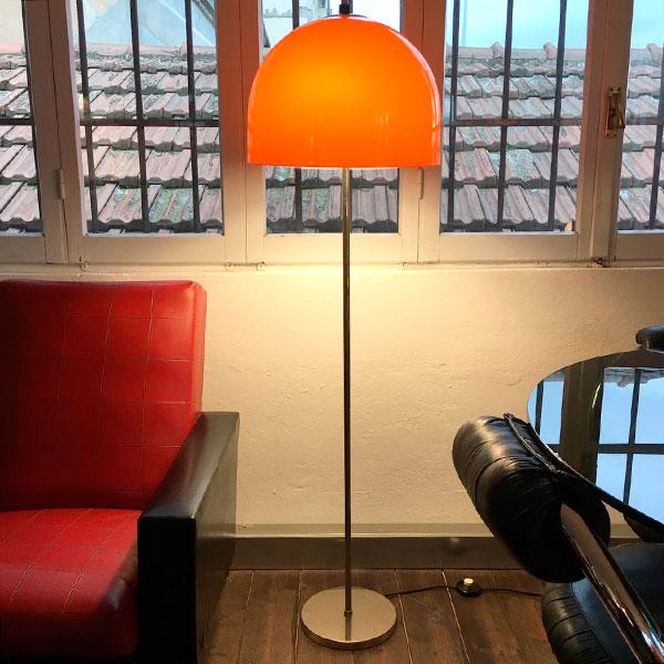 lampada da terra arancione in plastica