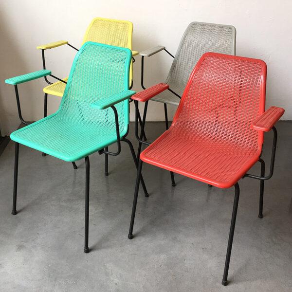 sedia vintage in plastica colorata